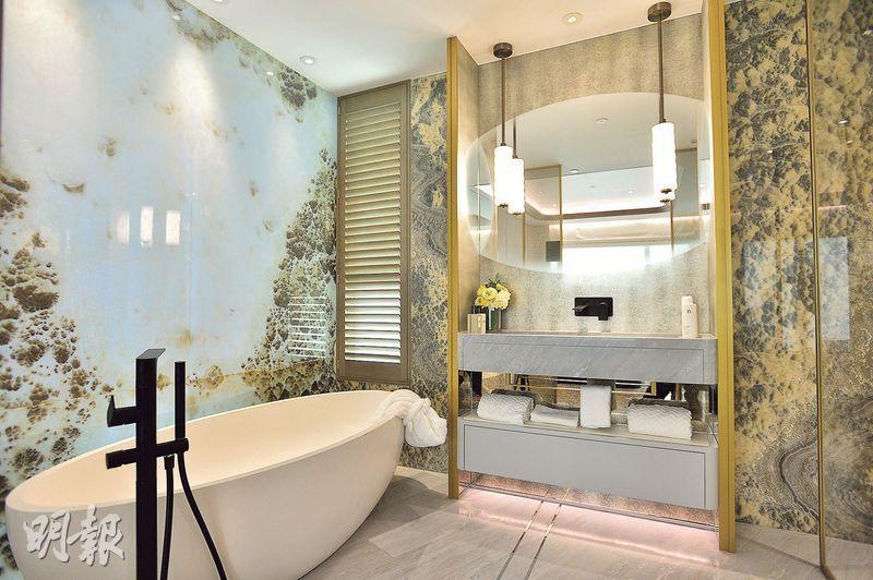 示範單位改裝後,主人浴室空間更寬敞,可放置鵝蛋形浴缸,同時設有淋浴間。