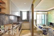 示範單位廚房牆改用玻璃,以半開放式設計,並設有一系列白色廚櫃,增加儲物空間。