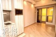 1房交樓標準示範單位以18樓B室為藍本,大廳以玻璃趟門分隔22方呎的露台。