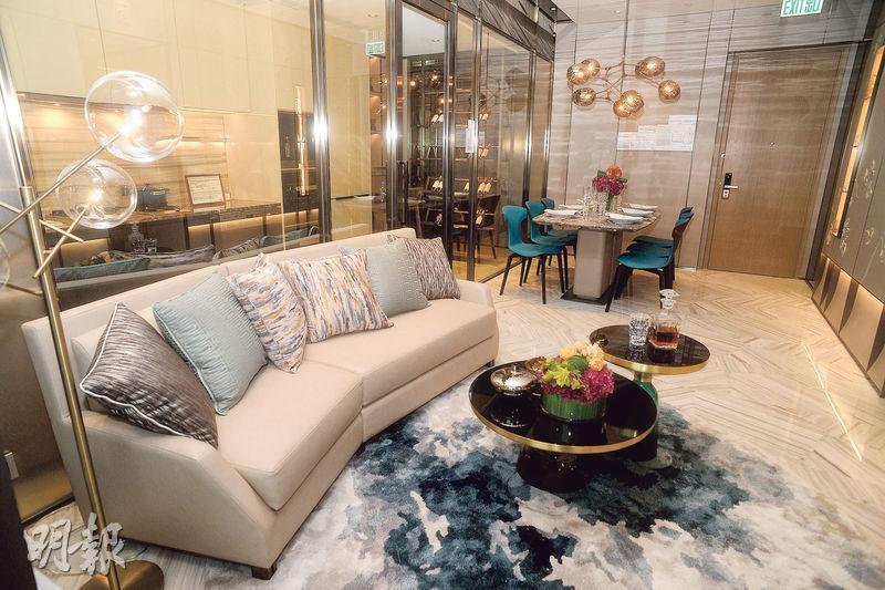 示範單位大廳以不少天然石材配搭,大廳旁為廚房,以透明玻璃分隔。