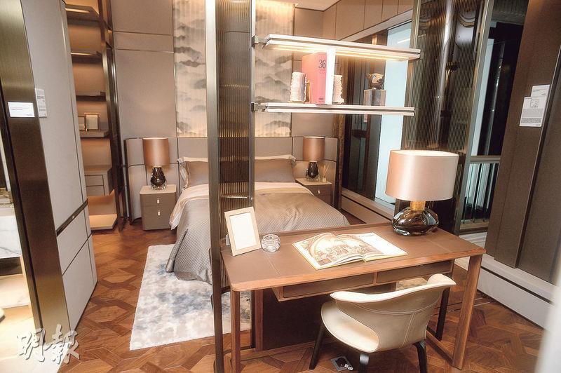設計師將主人套房及毗鄰睡房打通,以書枱及層架分隔。