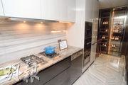 廚房內有一系列黑色廚櫃,拆去多功能房後可放置酒櫃及小吧枱。