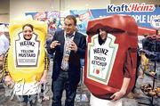一年一度的巴郡股東會節目豐富,甚至在舉行前一天有「購物日」,圖為員工化身成巴郡旗下卡夫亨氏的茄汁樽。(路透社)