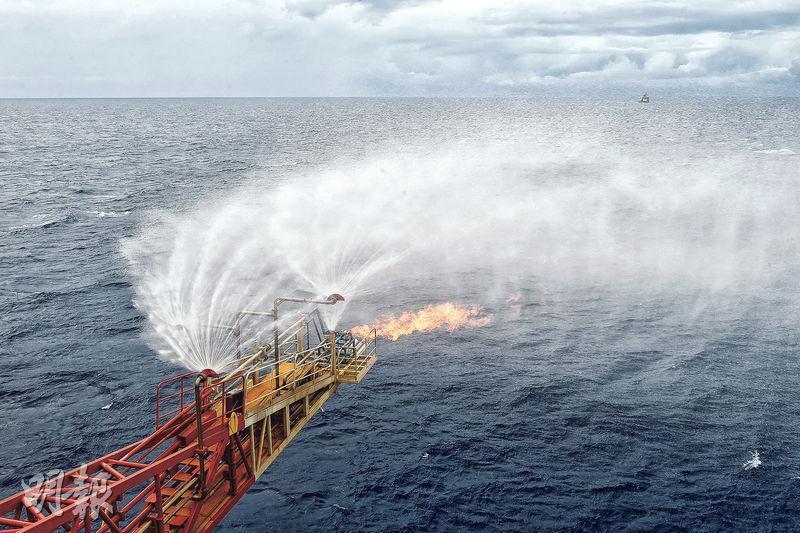國土資源部中國地質調查局本周四宣布,正在南海北部神狐海域進行的可燃冰試採獲得成功,標志着中國成為全球第一個實現在海域可燃冰試開採中獲得連續穩定產氣的國家。(新華社)