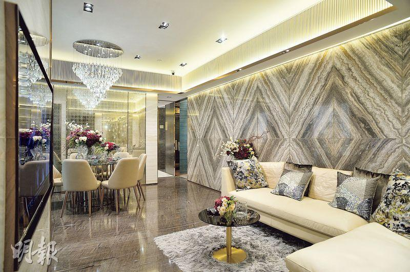 示範單位實用面積761方呎,大廳牆身以不同石材打造,配以水晶吊燈,流露高貴設計風格。