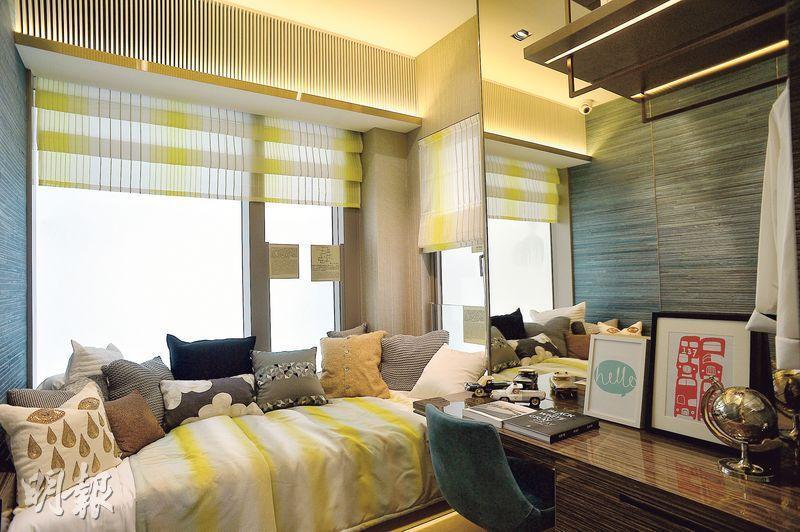 另一間睡房向東,享荃灣市區景,為紓緩噪音,設有固定窗。