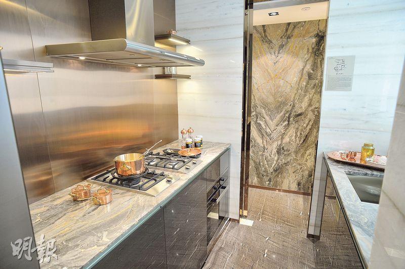 廚房兩邊均設工作枱面,並且相連儲物室,配置基本家電。