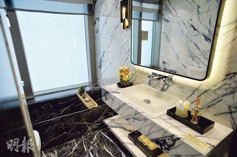 主人套房內浴室設有浴缸,以及近乎落地玻璃窗,有助通風。