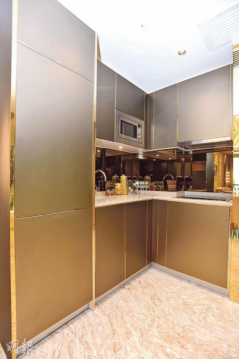 開放式廚房設於門口旁,以深色作主調。