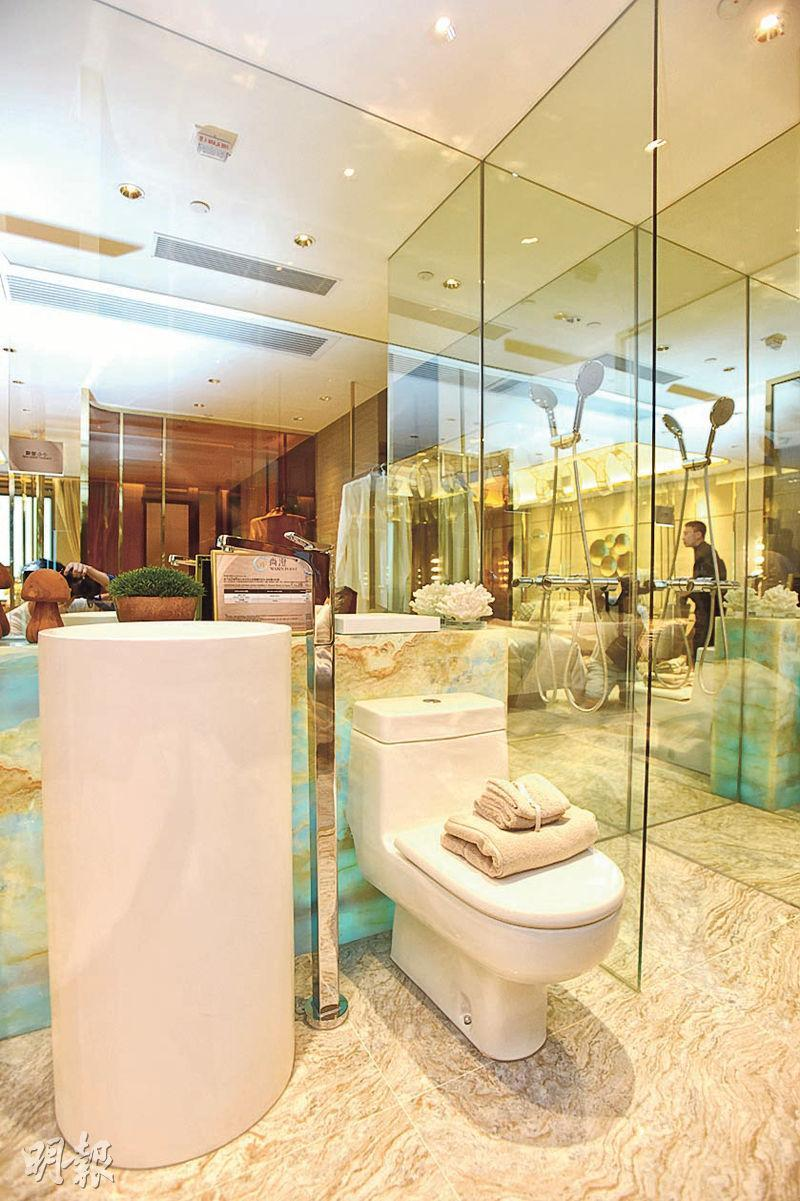 示範單位浴室採玻璃間隔設計,增強空間感。