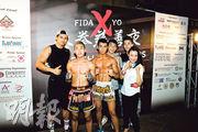 拳社活動:精英社舉辦泰拳慈善夜,讓學員展示訓練成果。精英社創辦人陳慧蕊(前排右一)和香港「神奇小子」曹星如(後排右二)亦有出席。(公司網頁)