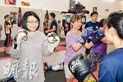 拳社活動:精英社也會提供社會服務,向市民傳授泰拳,圖為今年母親節活動「精英×高堂健體泰拳日」。(公司fb專頁)