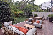 花園設燒烤爐、茶几、餐桌及梳化,可招待親朋好友。
