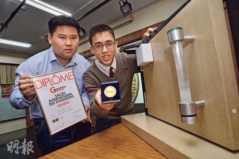 黃深銘(右)和李鍵邦發明的自潔門柄,在去年4月「日內瓦國際發明展」中獲獎,兩人婉拒外國公司買斷專利,計劃自組公司將其商品化。(資料圖片)