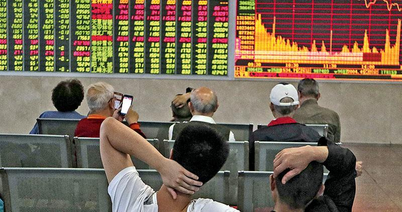 A股第四度闖關爭取「入摩」,結果將於本周三揭盅。市場普遍認為A股「入摩」機率仍屬「五五波」,有炒作資金已先行沽貨離場。圖為內地股民。(資料圖片)