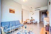 PARK YOHO Genova現樓3房示範單位的大廳採用不少木製家具和布藝沙發,設計簡約清新。(蘇智鑫攝)