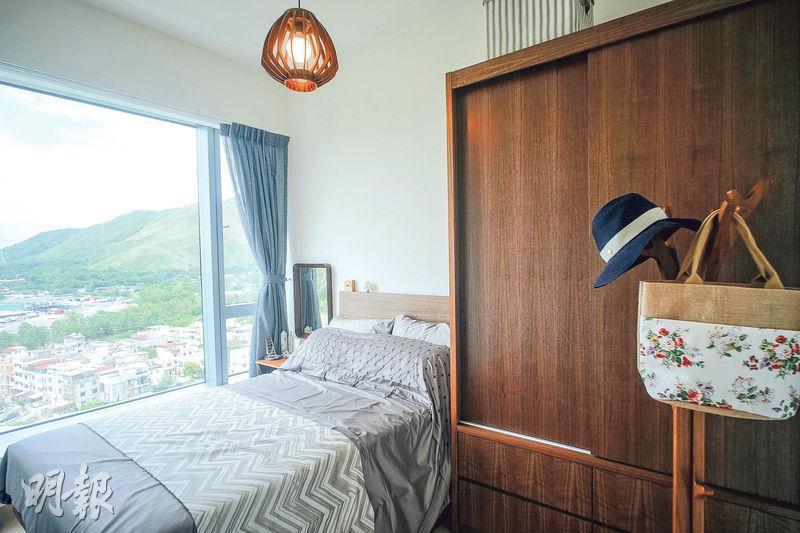 主人房以木色作主調,配合窗外翠綠景致,景觀與大廳坐向一致,可享濕地景觀。(蘇智鑫攝)