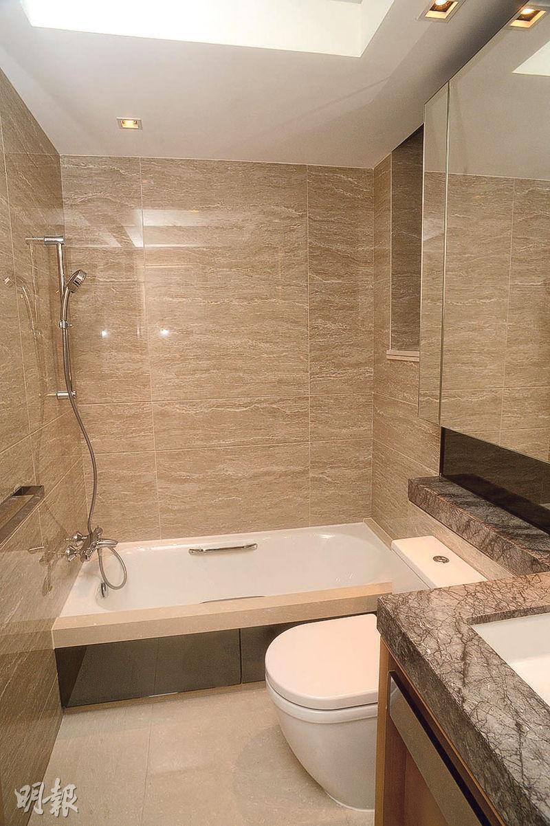 浴室設浴缸,並設窗戶通風。