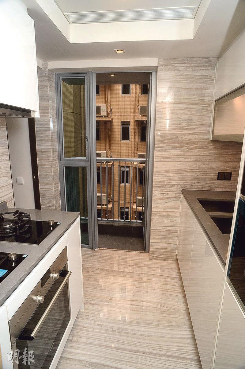 廚房配備基本家電,空間寬敞。