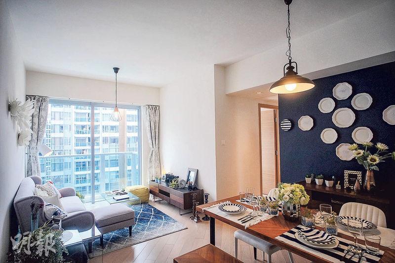 2房示範單位客飯廳採用不少木製家具,設計簡約自然。