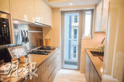 廚房相連工作平台,有助空間流通及增加光線。