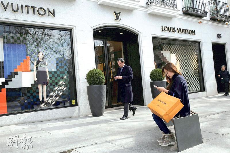 歐元區經濟信心數據升至近10年高位,綜合企業和消費者信心的經濟景氣指標在6月升至111.1 ,創2007年8月以來最高水平,也對歐元有支持作用。圖為西班牙馬德里市中心名店外購物者。(資料圖片)