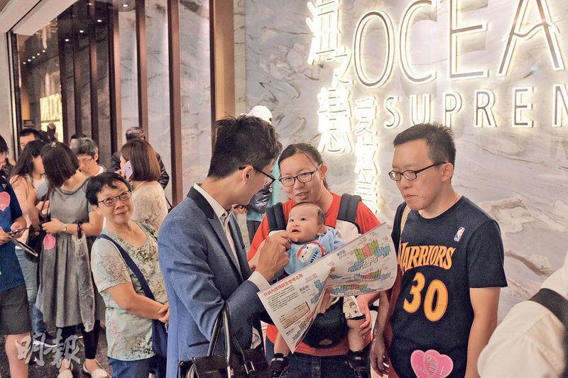 長實地產荃灣西海之戀‧愛炫美對外開放示範單位後,過去兩日估計累積接獲約4500張入票,昨晚更宣布加推144伙。(曾憲宗攝)