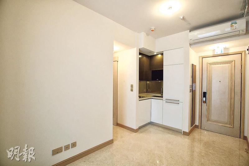 63 Pokfulam首批單位中,呎價最平一伙為實用494方呎的2座6樓E室,3房1套間隔,折實1283.4萬元,實呎25,980元。圖為同類單位示範單位。(曾憲宗攝)