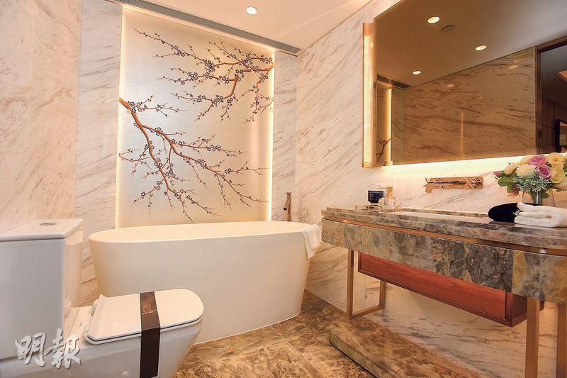 主人套房浴室設浴缸,另一邊設企缸及窗戶通風。