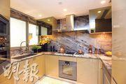 廚房設U形工作枱面,配備基本家電。