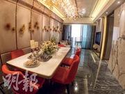 3房連裝修示範單位實用面積812方呎,白色餐桌配上紅色餐椅,用色鮮明亮麗。