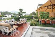 逾2000呎的天台以戶外木地板鋪砌,放有不少綠色植物,可盡享大自然氣息。