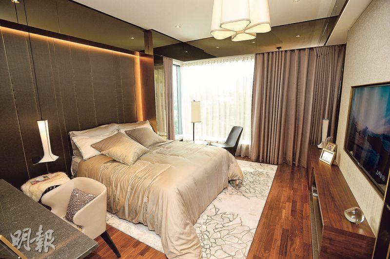 睡房放置雙人牀後仍可三邊上落牀。