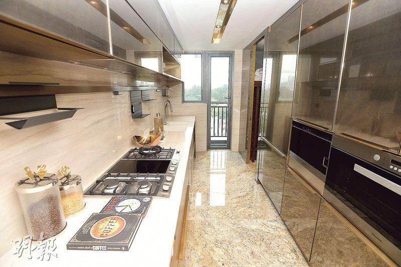 廚房以長形設計,連15方呎工作平台。