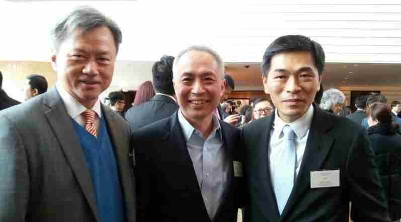 前新世界發展非執行董事陳觀展(中)轉投龍光地產任執行董事。