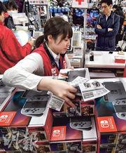 任天堂上季銷售表現突出,但並未上調截至2018年3月的全年盈利預測,集團維持全年賣出1000萬部Switch主機及3500萬套軟件的目標。