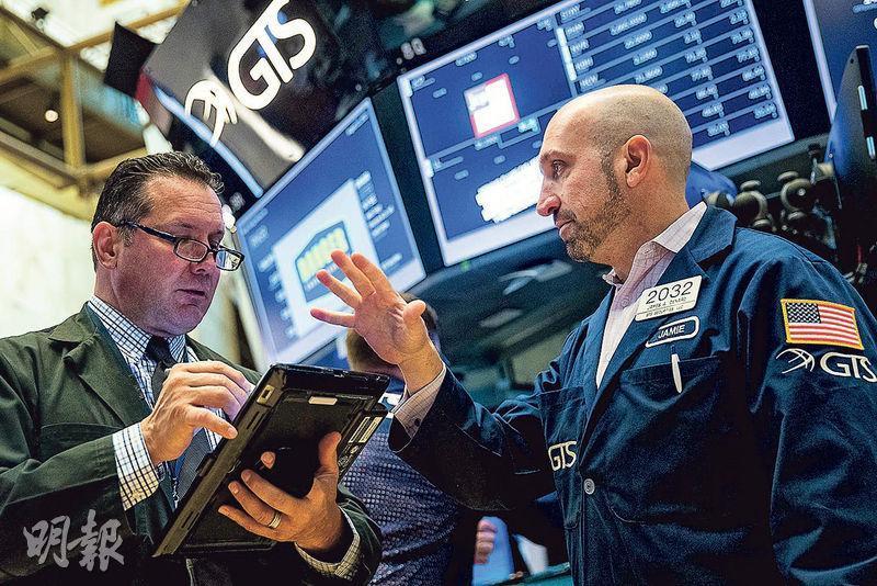 美國加息預期再降溫,推動美股上周五上揚,港股ADR普遍上升,推算本周一開市恒指有機會重回27,000點水平。圖為紐交所交易員。