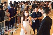 中海外啟德1號II昨首度開售第5座單位,不少買家昨晨到達九龍灣國際交易中心揀樓,當中以家庭客為主,電梯大堂一度出現人龍。(曾憲宗攝)