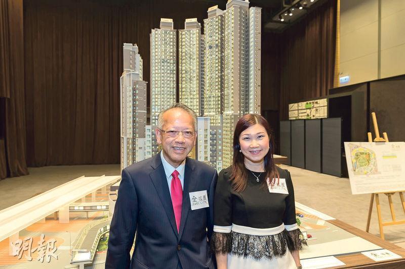 華懋銷售部總監吳崇武(左)表示,全‧城匯今日將公布樓書及開放示範單位予傳媒參觀,最快明天開價,首批涉至少191伙。