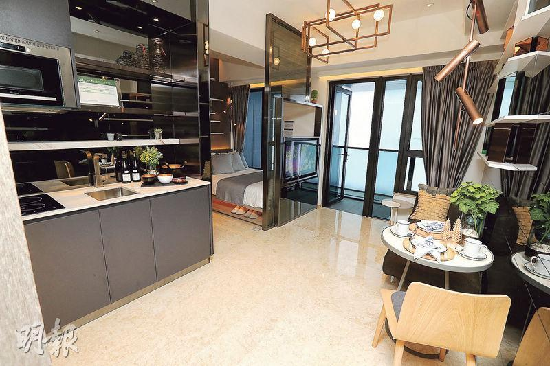 喜遇連裝修示範單位以18樓C室為藍本,屬1房間隔。單位設計風格時尚,大廳裝有長方形吊燈及採用開放式廚房。(李紹昌攝)