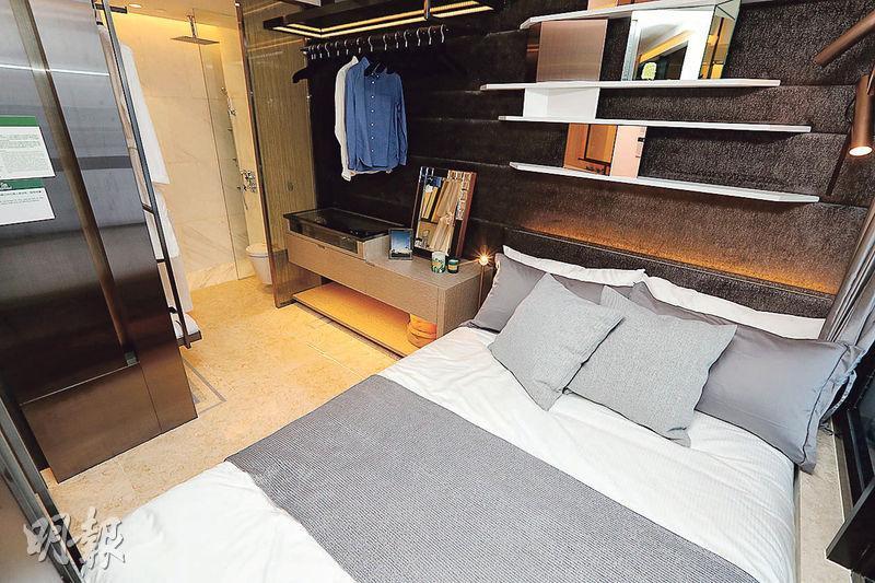 18樓C室——睡房近窗位置擺放雙人牀,及旁邊設開放式衣帽間。