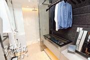 18樓C室——浴室及睡房打通後,變成開放式浴室,備有淋浴裝置。