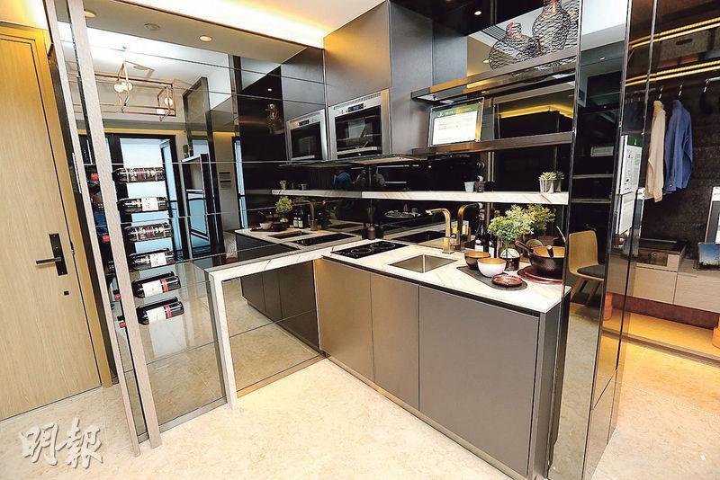18樓C室——開放式廚房備有一系列黑色鏡面櫥櫃,牆身有酒架,供住戶存放佳釀。