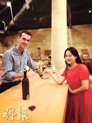 無巧不成書,女強人早我幾天拜訪 Vieux Château Certan,也是少莊主 Guillaume 招待。做生意嘛,她主要是品嘗陳年老酒,物色佳釀讓她的顧客大快朵頤,不像我去波爾多特別品嘗的是 Primeur。