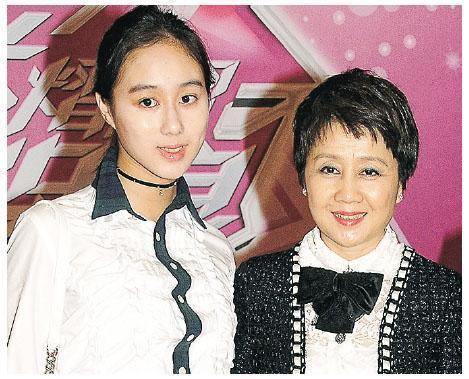市場消息稱,賭王四太梁安琪(右)的女兒何超欣(左),將持有MOUNT NICHOLSON分層戶放租,並獲租客以120萬元預租。(資料圖片)