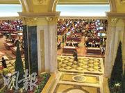 風暴未見對旗艦賭場造成太大影響。大部分賭場回復水電,其中威尼斯人(圖)重新開業,不過明顯供應較多細注枱吸客。(陳偉燊攝)