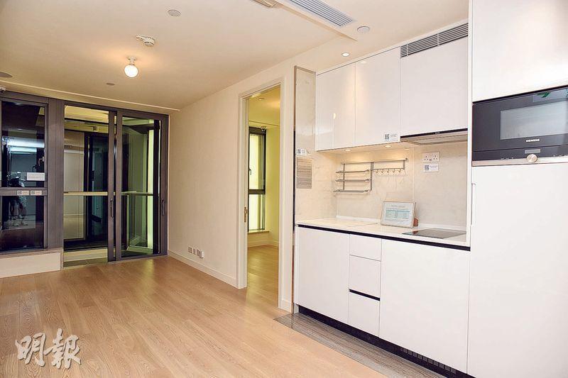 發展商提供一個交樓標準示範單位,為3座28樓E室,1房間隔,大廳面積約150多方呎,同樣採開放式廚房。(攝影 黃志東)