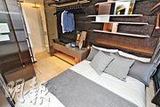 睡房近窗位置擺放雙人牀,旁為開放式衣帽間。