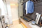 浴室及睡房打通後,變成開放式浴室,備有淋浴間。