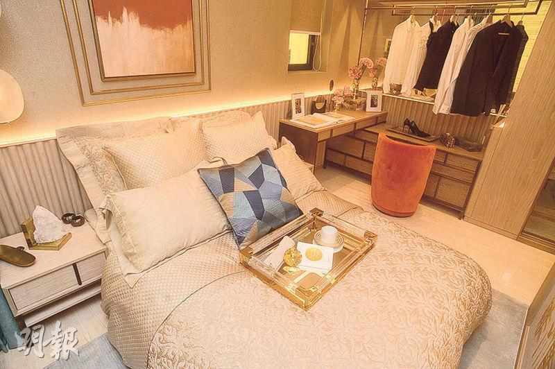 晉海示範單位以2B座38樓A室為藍本,實用701方呎,3房1套間隔,主人睡房內設有雙人牀、開放式衣帽間及梳妝枱。(劉焌陶攝)
